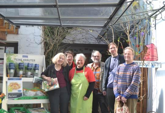 Die Grünen haben Eier: Am Karfreitag spendieren Sie zum Osterbrunch Eier aus biologischer Haltung. Das Foto zeigt die Grünen bei einem Besuch im Bioladen Gänseblümchen.