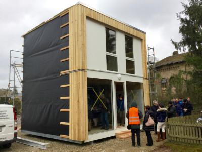 Das erste von 3 Holzbaumodulen in einer Baulücke in Konz. Die Baupläne und ein Planungstool stellt der an der Kooperation beteiligte Städte- und Gemeindebund interessierten Kommunen gegen eine Schutzgebühr zur Verfügung