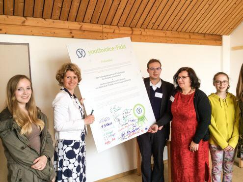 Eveline Lemke bei der Unterzeichnung der Youthvoice-Präambel
