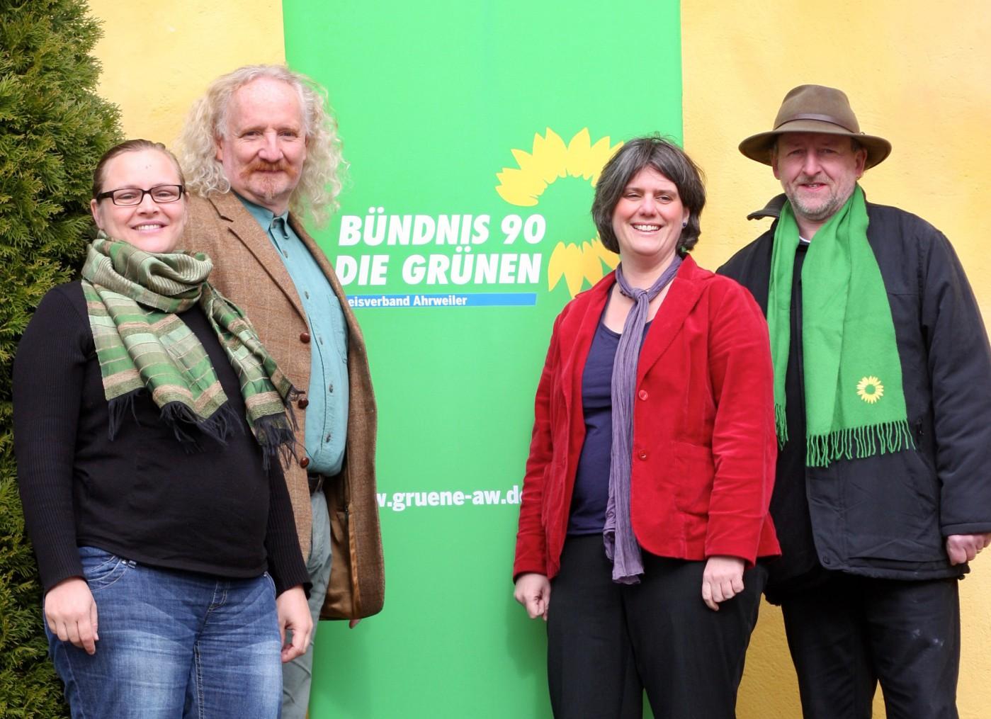 Kreistagskandidaten mit Banner