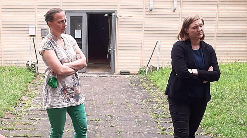 Stefani Jürries und Katharina Binz (MdL) vor der Flüchtlingsunterkunft Kripp (Foto: Volker Thehos)