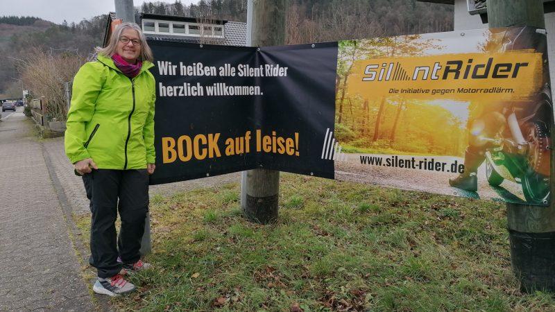 Birgit Stupp vor Silent Rider-Plakat