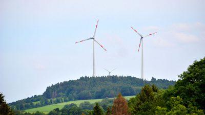 Blick von Kempenich auf 3 der 14 Windräder im Windpark Weibern-Rieden Foto: Albert Dietz