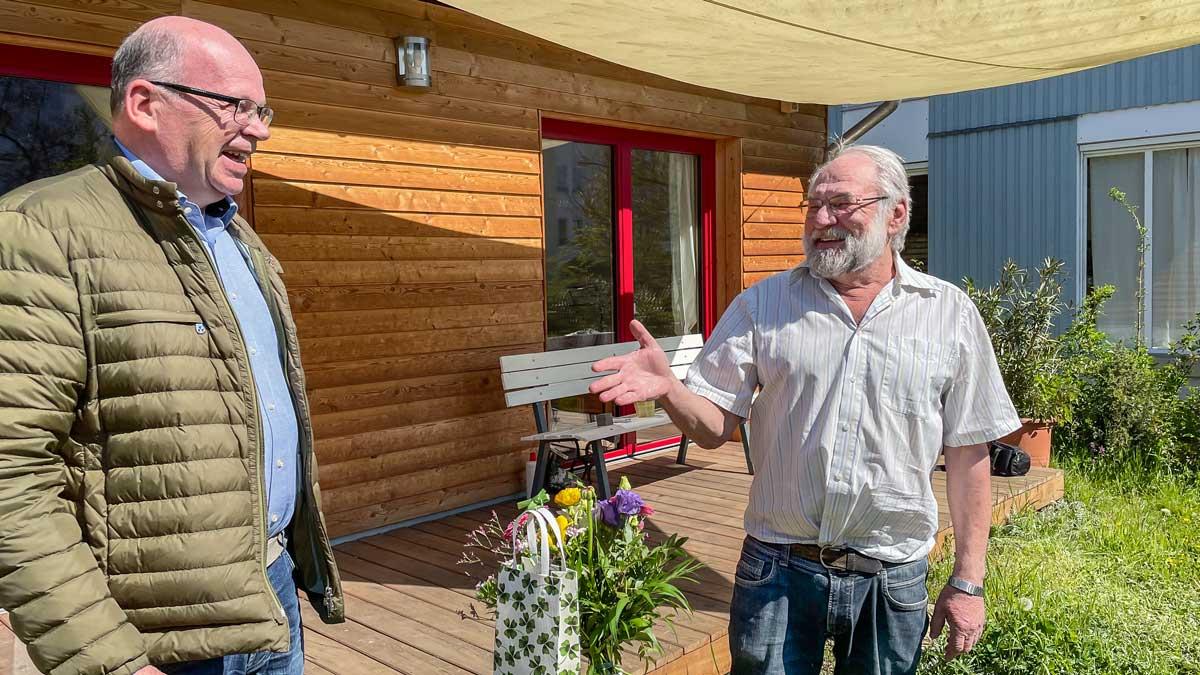 Hardy Rehmann (v.l.), Sprecher von Ortsverband und Stadtratsfraktion der Grünen in Sinzig, gratulierte seinem Vorgänger Ingo Binnewerg zum 70. Geburtstag.